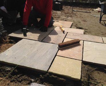 石貼り施工中